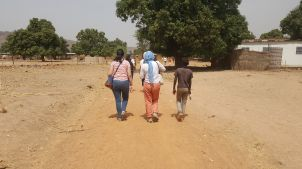 Marta, Charlotte and Moussa on the way to the village.